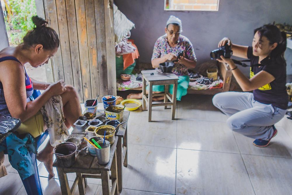 Artesãs de Buriti - Turmalina, mãe e filhas moldando o barro na produção de peças de cerâmica