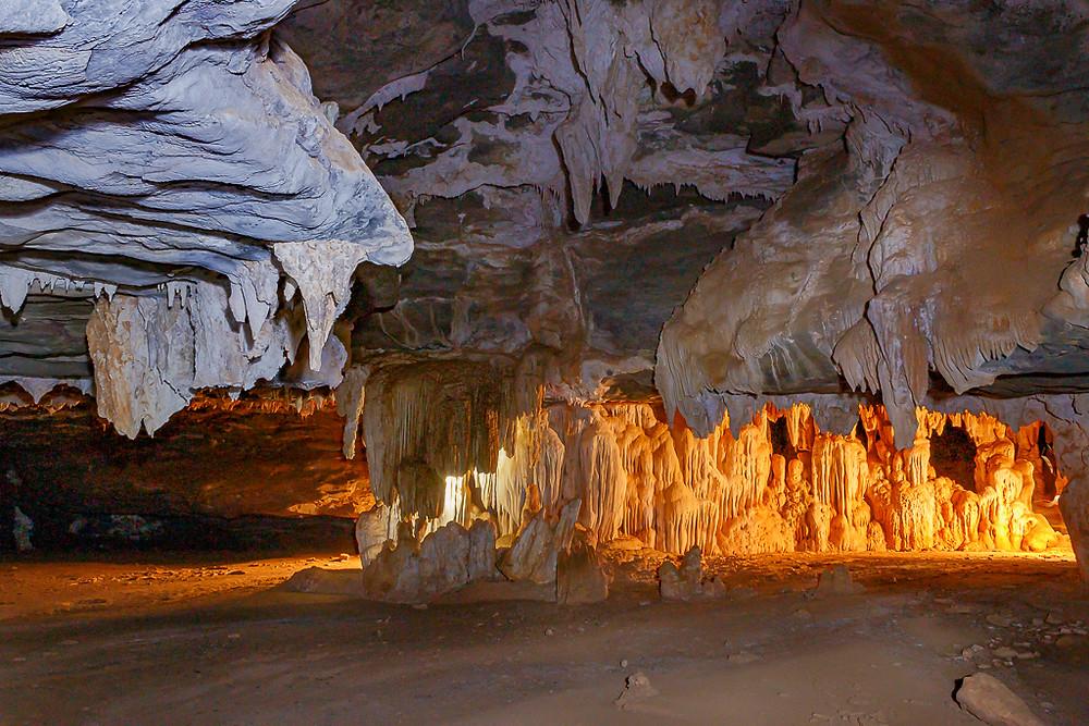 Caverna do Espigão em Coração de Jesus com espeleotemas no seu interior. Foto de Sandra Doyama e Cristiano Cazarotto do VK Guias Digitais Interativos