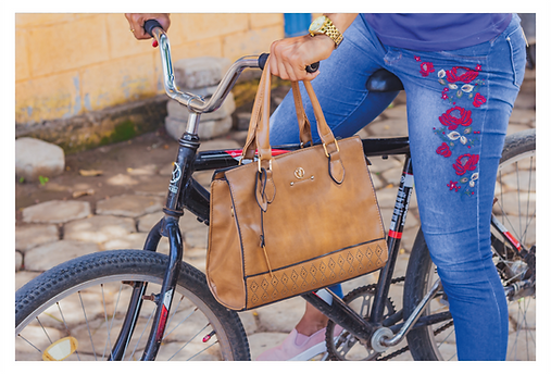 Em um enquadramento mais fechado, o foco fica nos detalhes de uma ciclista que está a caminho do trabalho. Há o detalhe da sua bolsa em couro no guidão da bicicleta, do seu relógio dourado, além dos detalhes bordados na sua calça jeans.