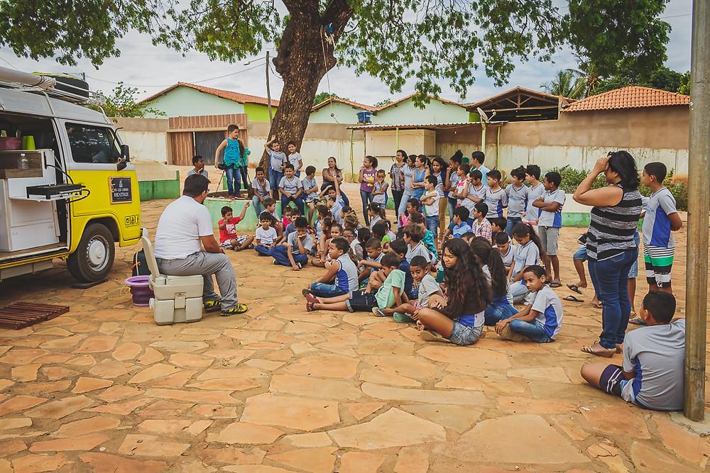 Cristiano do Viagem Kombinada , fala com alunos de escola pública na cidade de Alfena-MG