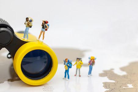 pessoas-em-miniatura-viajante-com-mochil