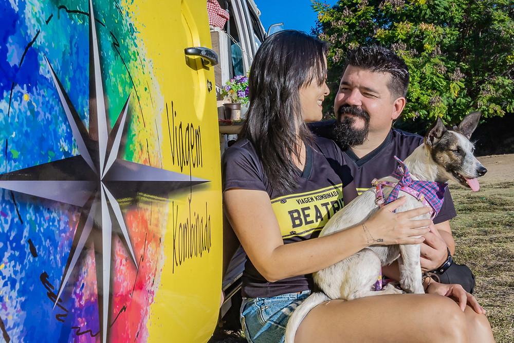 Cristiano e Sandra do Viagem Kombinada, Kombi Beatriz e a Mel, a cachorrinha viajante