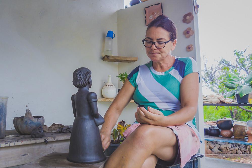 Dona Zezinha - Artesã moldando uma das suas peças famosas.