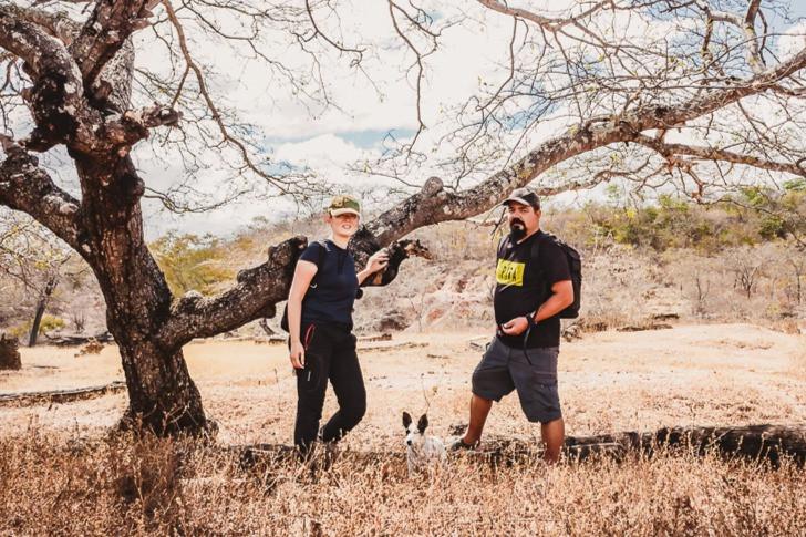 Cristiano, Sandra e Mel a cachorrinha viajante em visita ao sitio Arqueológico de Piripiri e Coração de Jesus.