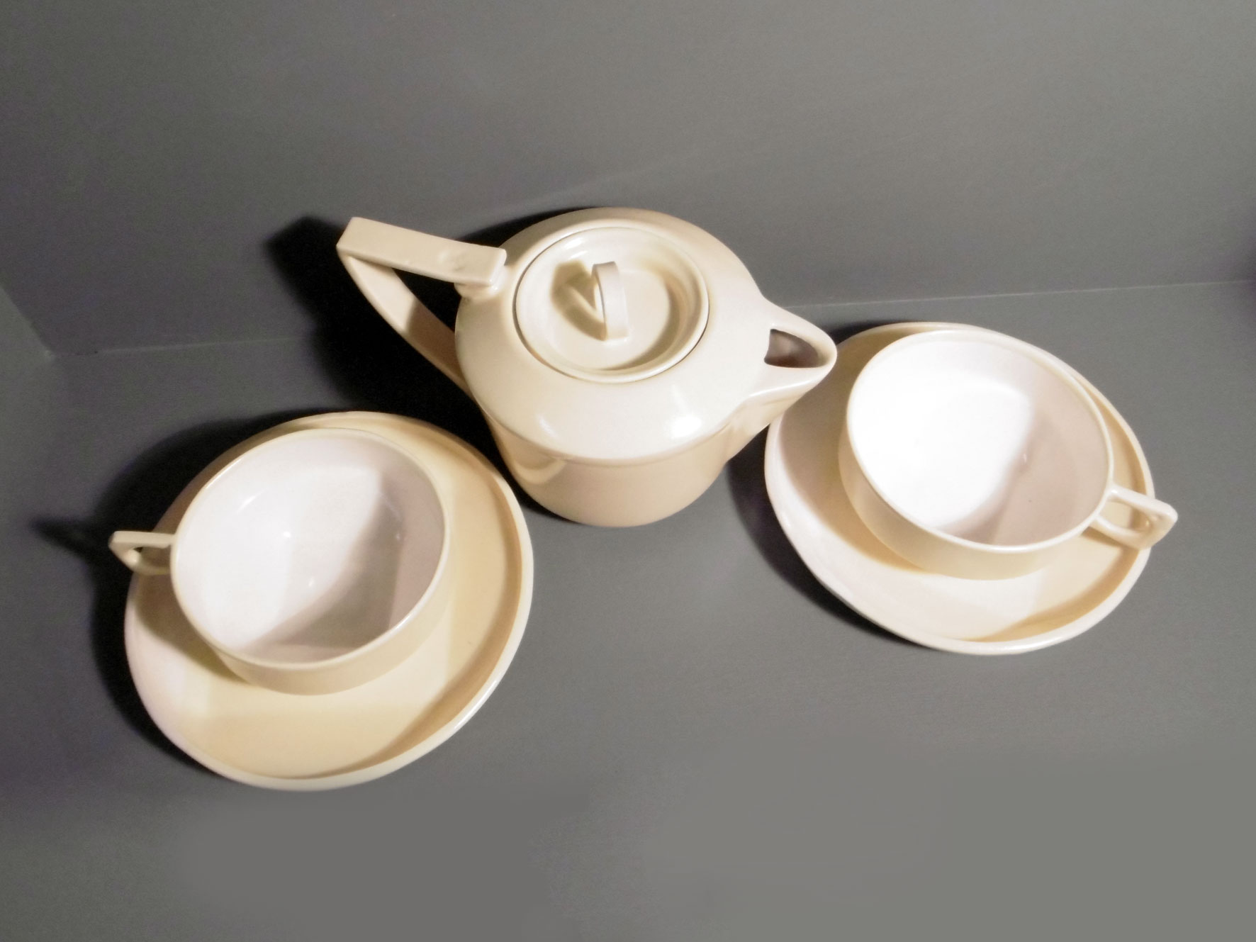 Teapot-and-2-cups-and-saucers-in-Retro-Yellow-c