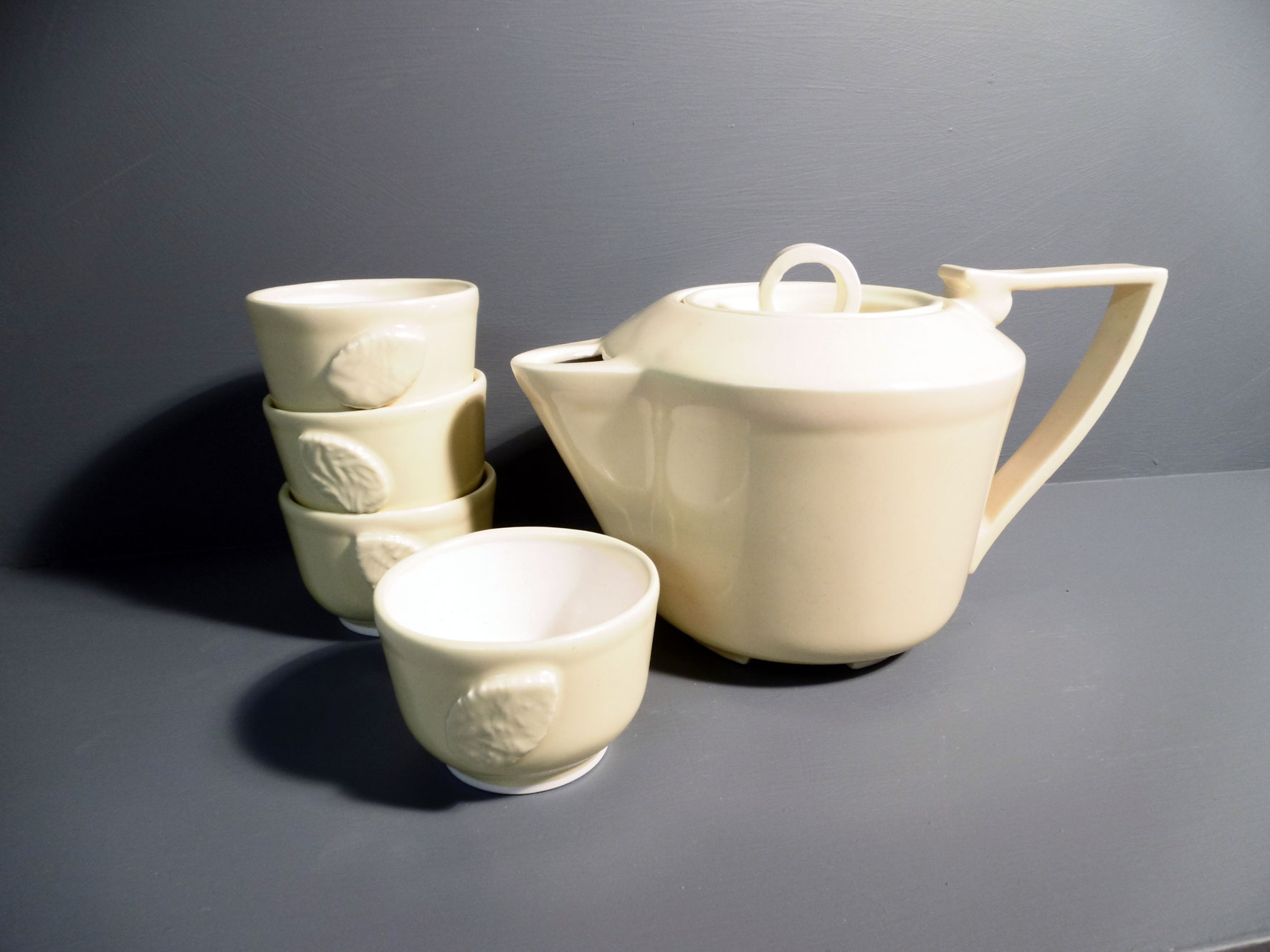 Teapot-and-Tea-Bowls-in-Retro-Yellow