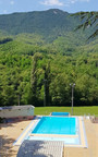 La piscine à l'entrée du camping