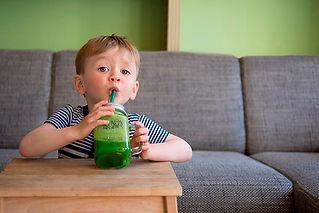 enfant qui boit un jus.jpg