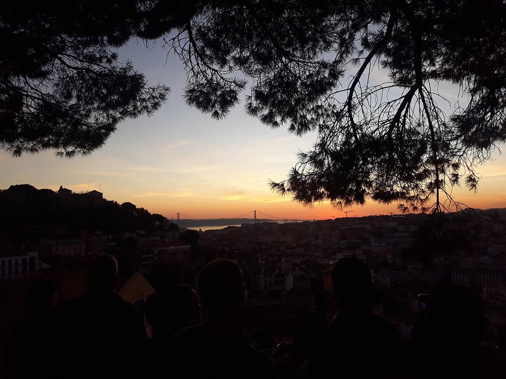 Sonnenuntergang vom Miradouro da Graça in Lissabon