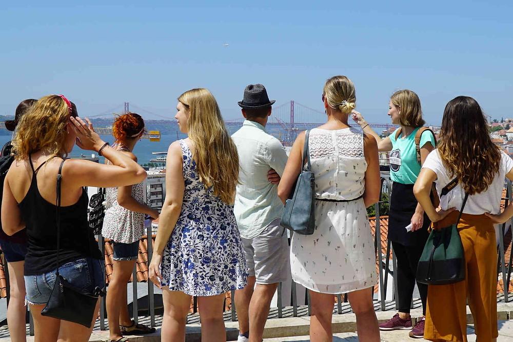 Gäste auf einer Stadtführung in Lissabon