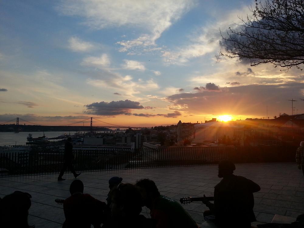 Sonnenuntergang am Miradouro de Santa Catarina in Lissabon