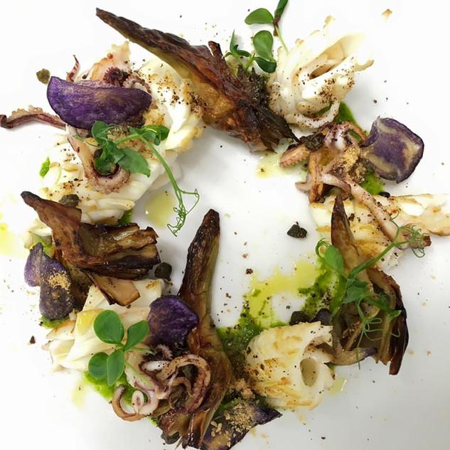 Calamaro al Ginepro, Confit di Carciofi, Pesto al Prezzemolo e Capperi
