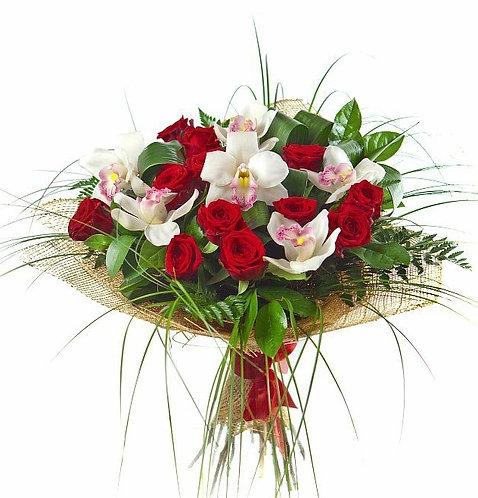 Розы и орхидеи с зеленью