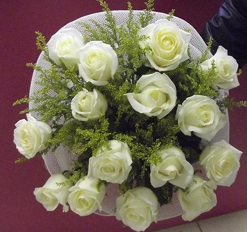 15 белых роз с солидагой