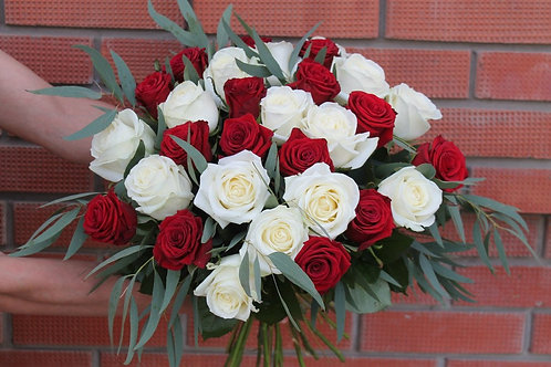 29 роз с эвкалиптом