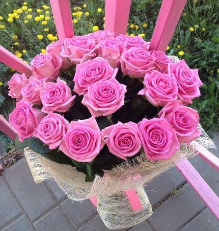 21 розовая роза в упаковке