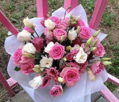 Розы и лизиантусы