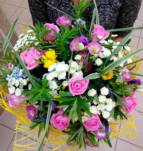 Розы с полевыми цветами