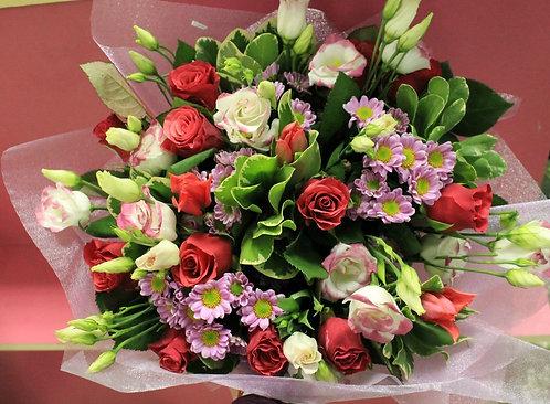 Букет роз с зеленью