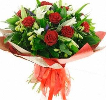 Розы с альстремерией