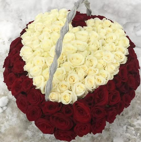 Корзина из роз в виде сердца