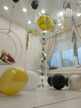 Оформление шарами фотозоны баблами черными золотыми шарами