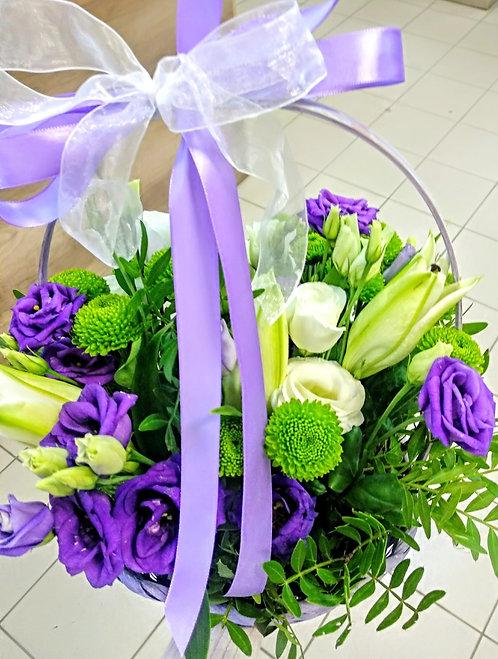 Лилии с лизиантусом в корзине