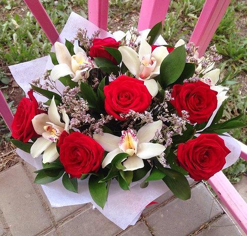 Розы с орхидеями и зеленью