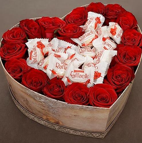 Коробка в виде сердца с цветами и кофетами