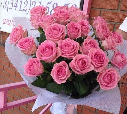 25 розовых роз в упаковке