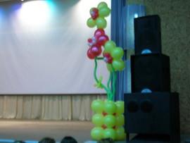 Цветы из шаров на сцене