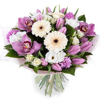 Белые герберы и тюльпаны