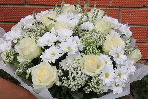 Розы с хризантемой и зеленью