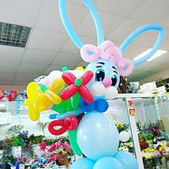 Заяц с цветами из воздушных шаров