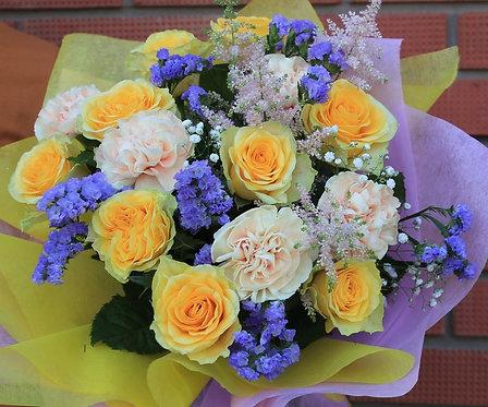 Розы с гвоздикой и зеленью