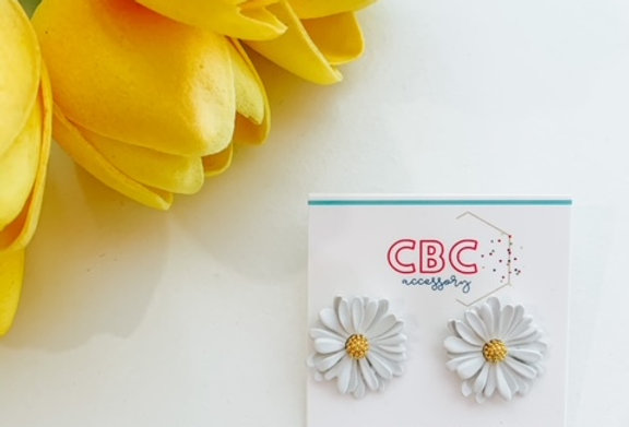 CRAZY OVER DAISIES- white daisy stud