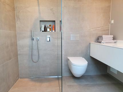 Bodenebene Dusche mit Nische