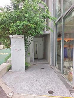 建物向かって左にある入口