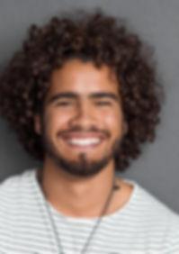 Homem com cabelo encaracolado