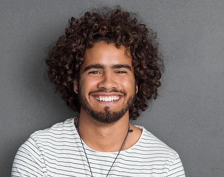 L'uomo con i capelli ricci