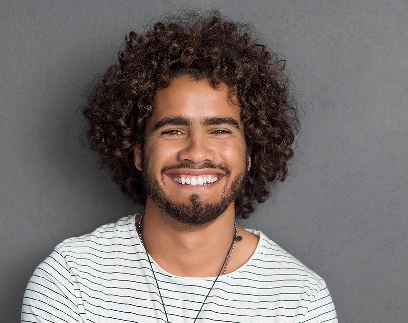 Mann mit lockigem Haare