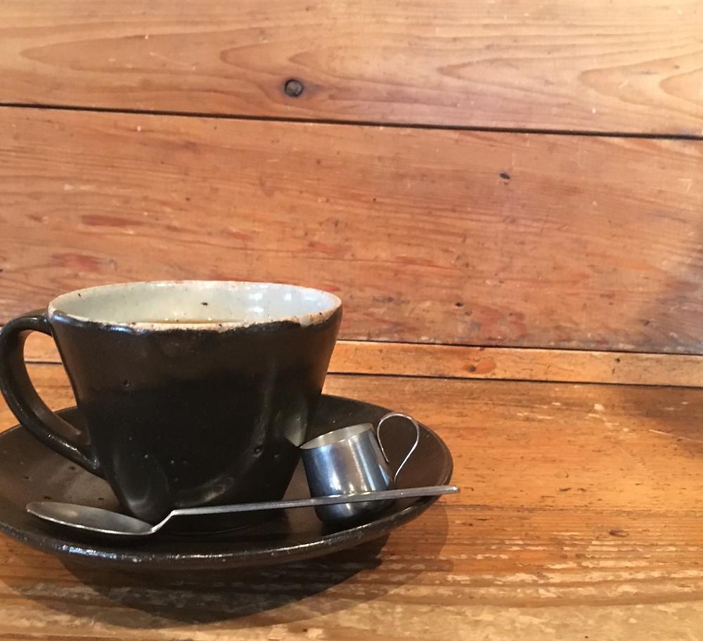 誰かが淹れてくれたコーヒーって美味しいよね。お隣のカフェで、ちょっとした贅沢。
