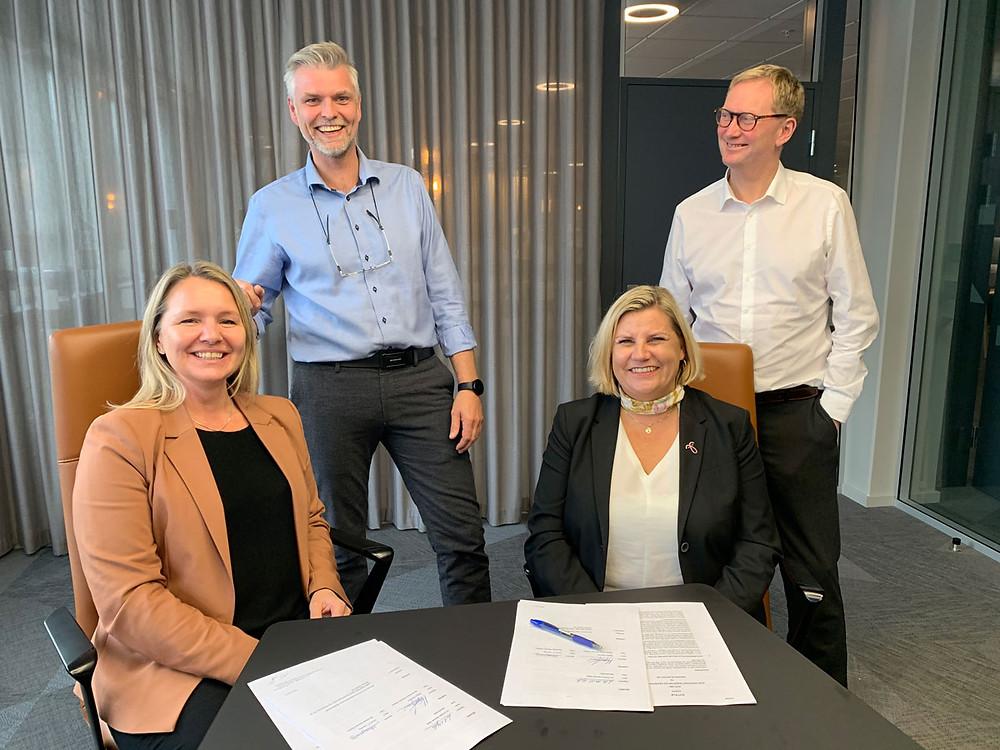 Daglig leder Monsen Elektro AS  Tore Haukås, og konsernsjef Allier AS, Jorunn V. Løyning på signeringsmøtet , sammen med konsernledelsen i BOB.