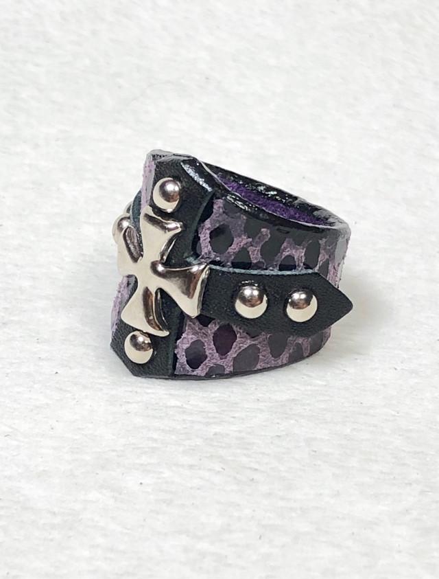 十字スタッズクロスレザーリング 紫プリントパイソン
