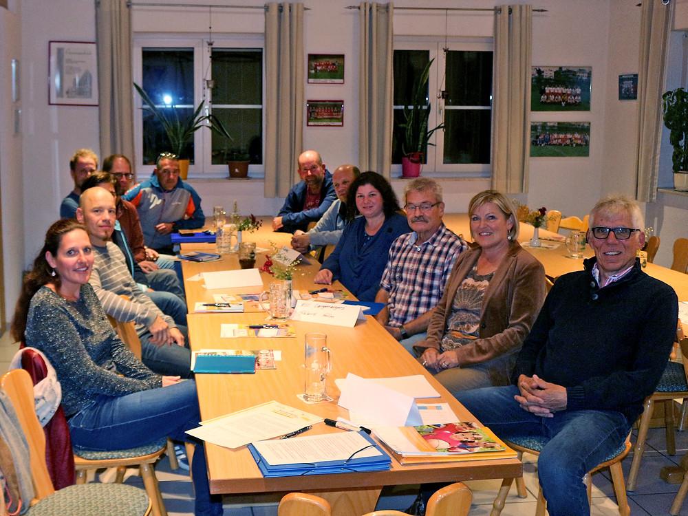 Zum Foto (Honorarfreie Veröffentlichung ist hiermit genehmigt): Referent Lutz Geisler und Sportkreispräsidentin Eveline Leber (von rechts) mit den Teilnehmern der Infoveranstaltung. Foto: Sportkreis Bodensee e.V.