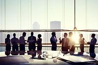 ビジネスミーティングを行う広い会議室