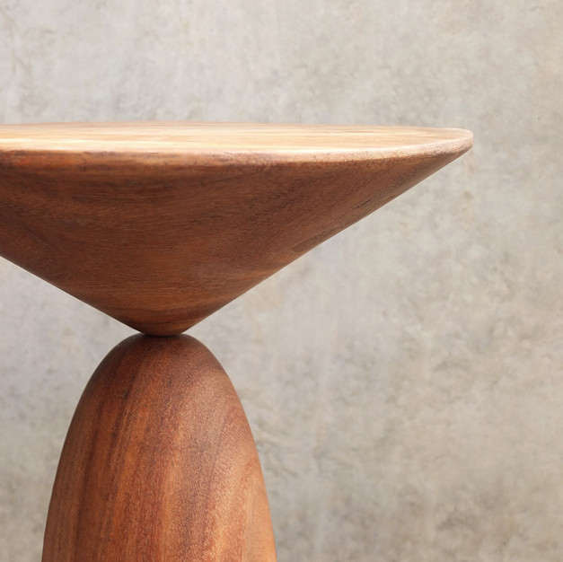 LEGERE SIDE TABLE