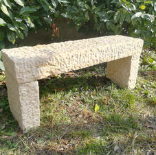Panchina in pietra scalpellata