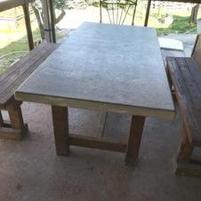 Tavolo in Perlato Royal Coreno bocciardato e spazzolato
