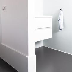 Badkamer in Opheusden pu vloer met betoncire wanden en coating